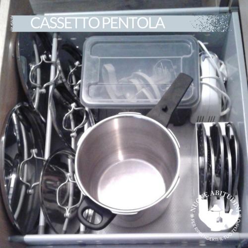 organizzare cassetto cucina pentole